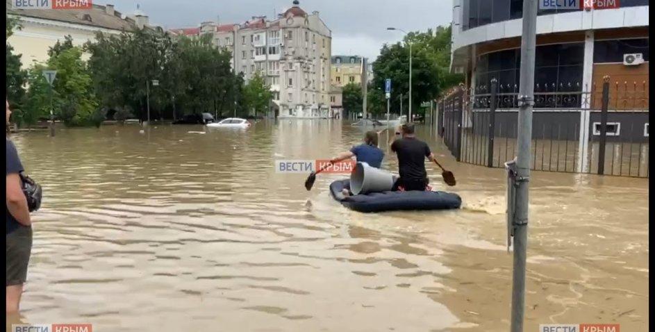 Керч затопило через аномальні опади, люди пересуваються вплав чи на моторних човнах (відео)