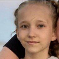 Пішла з дому і не повернулася: у Кривому Розі розшукують 12-річну дівчинку (фото)