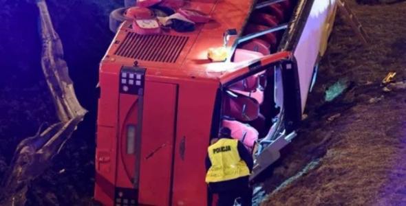 Дуже багато жертв: у Польщі автобус з 57 українцями впав з мосту в канаву (фото)